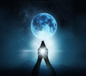 pleine lune main priere