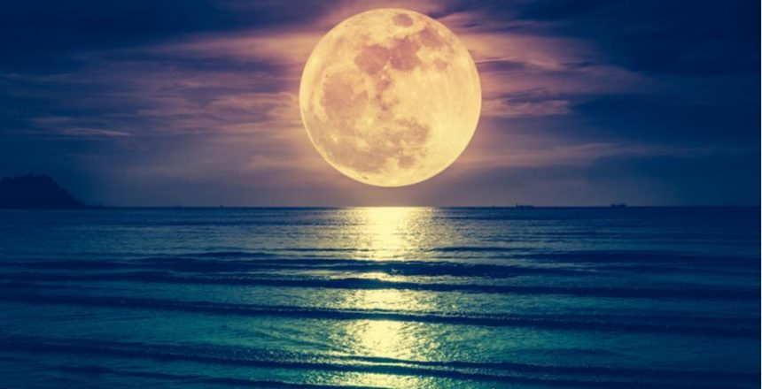 pleine lune au dessus de la mer