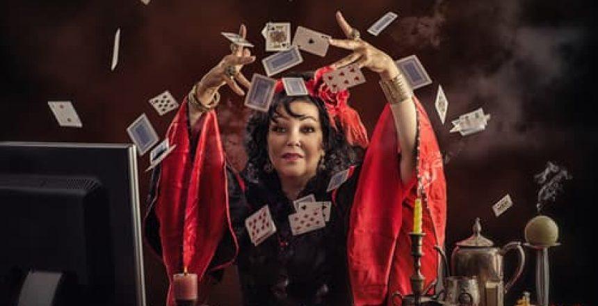 voyance-au-feminin-les-oracles-outils-de-divination[1]